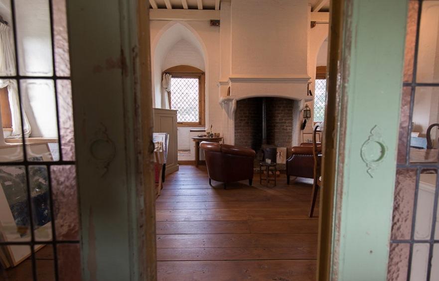 Zitkamer met open haard en echte zitjes in de brede muren