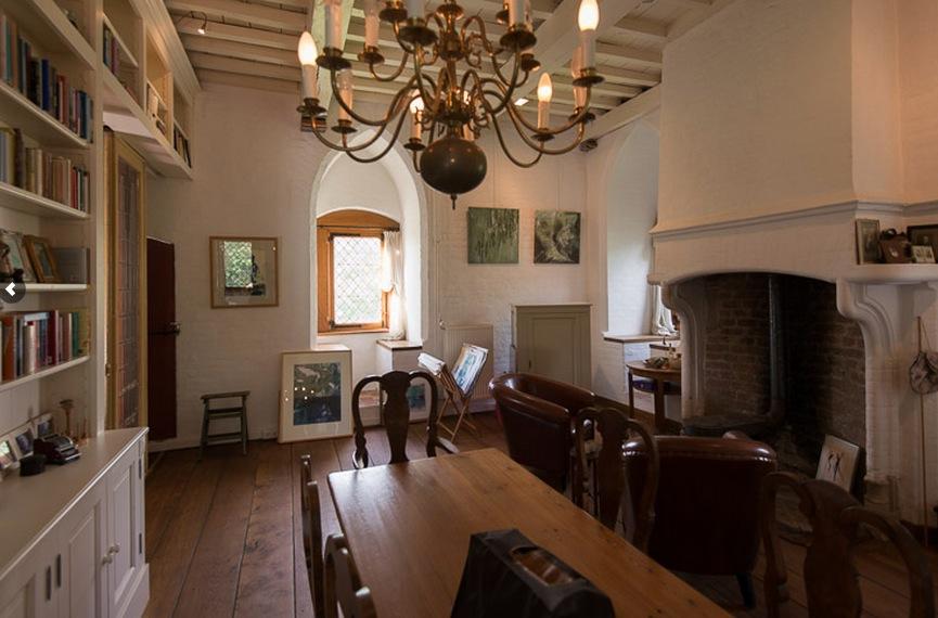 Eetkamer met open haard / bron: Redres Erfgoedmakelaars