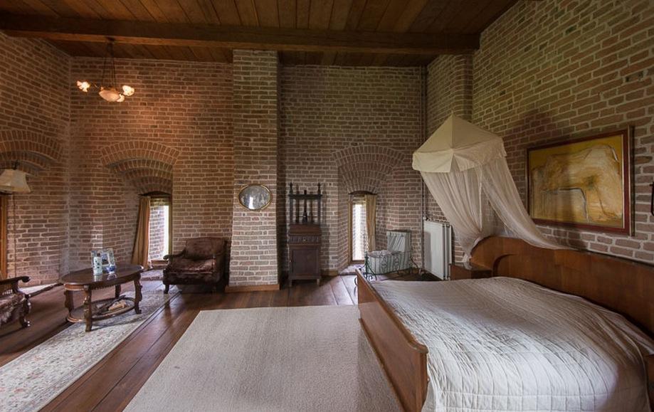 Slaapkamer. Weer goed te zien de dikte van de muren