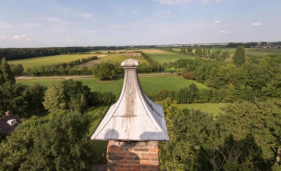 Uitzicht vanaf te toren. Mijn ouderlijk huis staat iets links van het puntje achter het rijtje boompjes