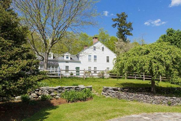 Om het huis ligt een grote romantische tuin en een flink eigen bos. Uiteraard ligt er ook een zwembad