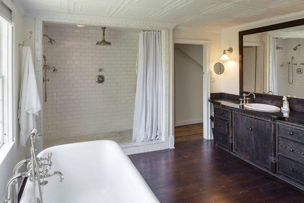 Prachtige badkamer. Mooi die grote tweepersoons douche met klassiek douchegordijn. En het bad is prachtig! Ik zou alleen twee wastafels willen!