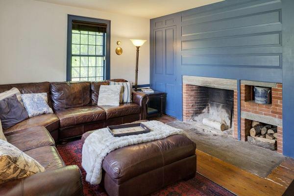 Deze kleur blauw hebben wij op de slaaprvedieping en boven de lambrisering langs de trap. Hij gaat best snel vervelen en vraagt om een warme tegenhanger. Ik zou meer rood toepassen in deze kamer. Maar het blijft smaakvol