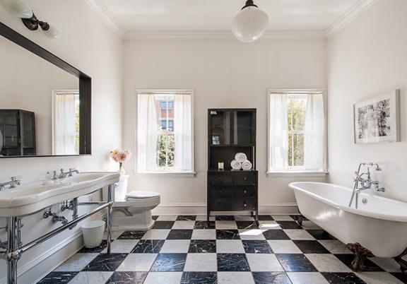 geweldige badkamer / bron: Image: Brown Harris Stevens via Dirt Variety