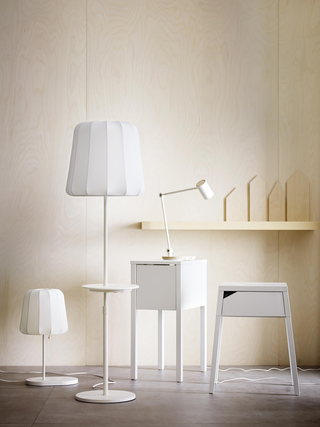 de collectie bestaat uit nachtlampjes, nachtkastjes, staande lampen, kleine tafeltjes, losse oplaadstations en inbouwproducten